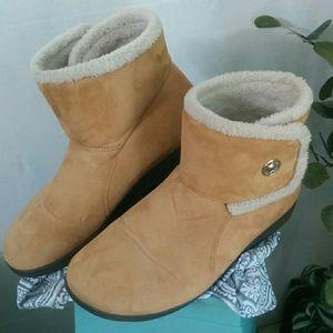 Vionic Vanah Boots